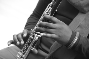 kind lernt klarinette mit klarinettenunterricht und klarinettenlehrer