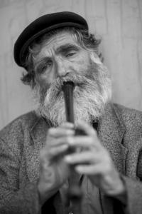 alter mann spielt blockflöte