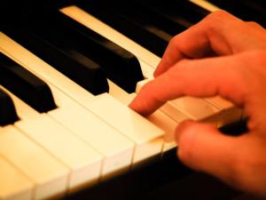 erwachsener lernt keyboard mit keyboardunterricht und keyboardlehrer
