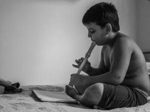 kind lernt blockflöte mit blockflötenunterricht und blockflötenlehrer