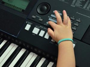 kind lernt keyboard mit keyboardunterricht und keyboardlehrer